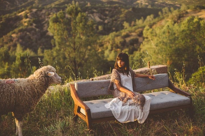 Матрац на деревянном диване на террасе
