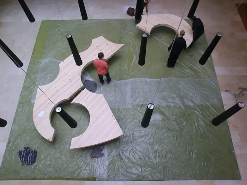 Процесс сборки стола