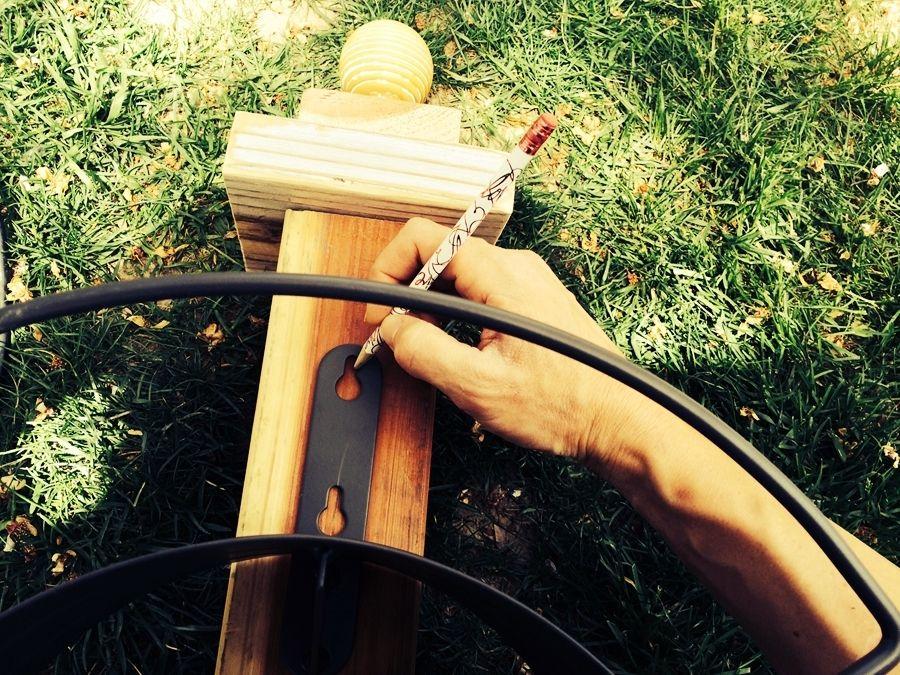 Закрепление крючка на вешалке для садового шланга