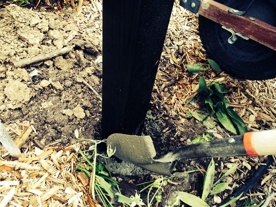 Установка вешалки для садового шланга