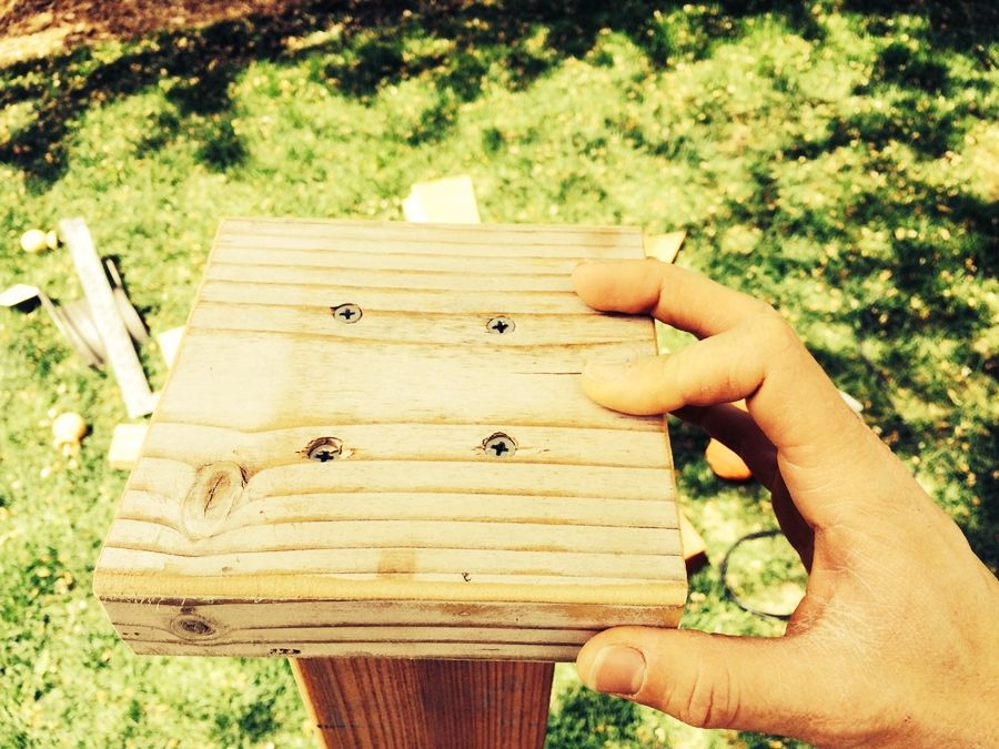 Установка доски на деревянный столб