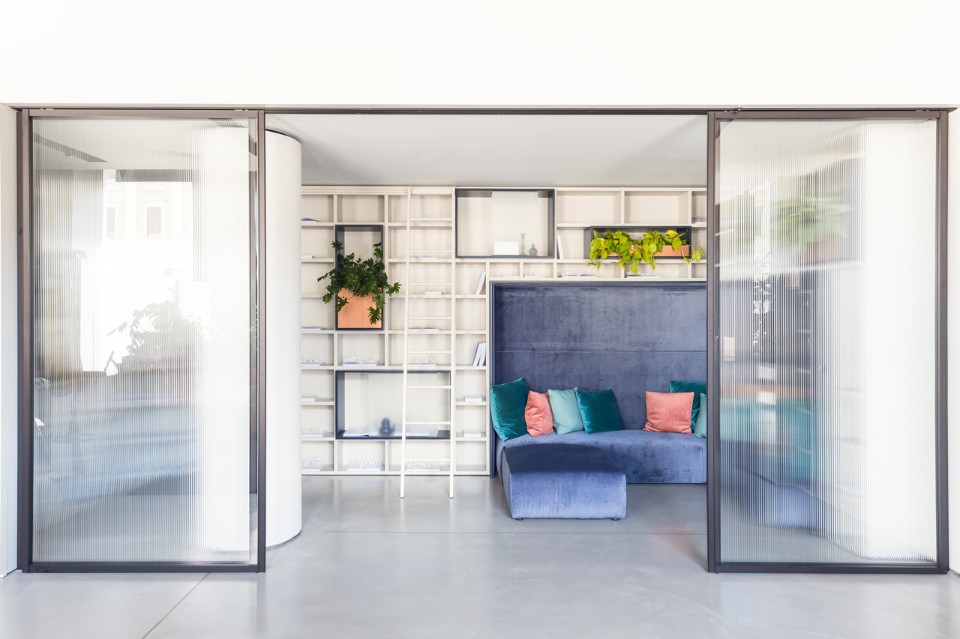 Даниэл Бортотто и Джоржиа Занеллато: интерьер с фиолетовым диваном
