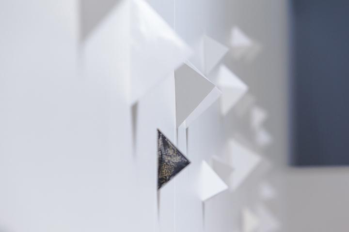 Белая стена на выставке