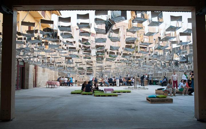 Инсталляция во внутреннем дворе здания