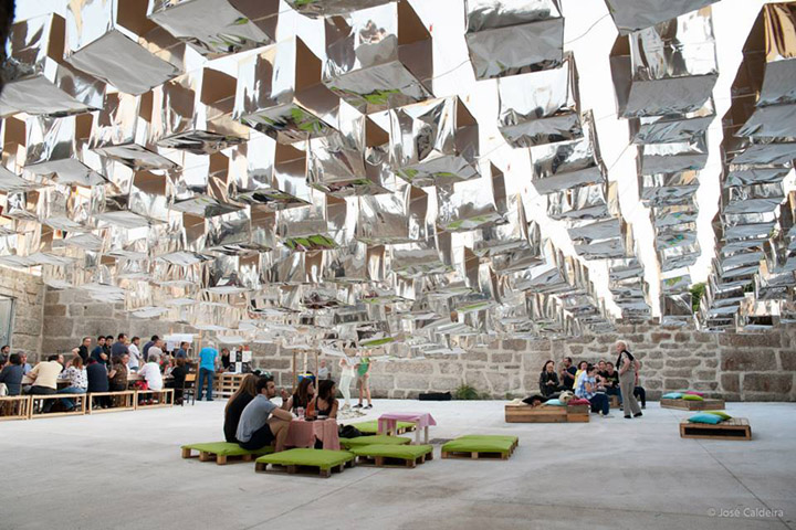 Инсталляция из фольги во внутреннем дворе здания