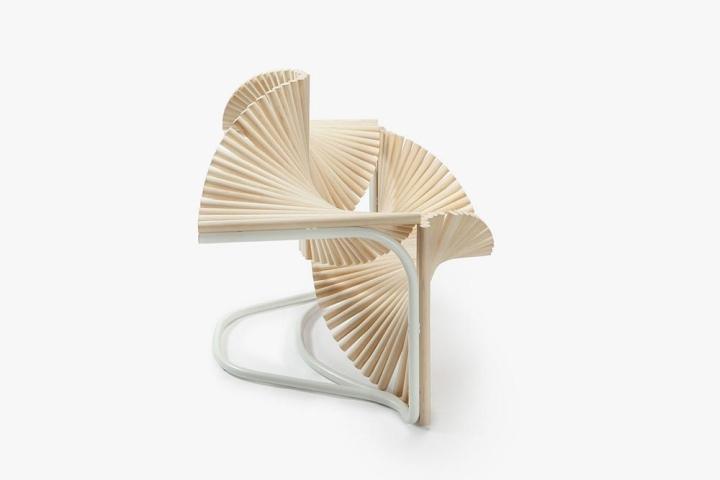 Боковой вид деревянного кресла