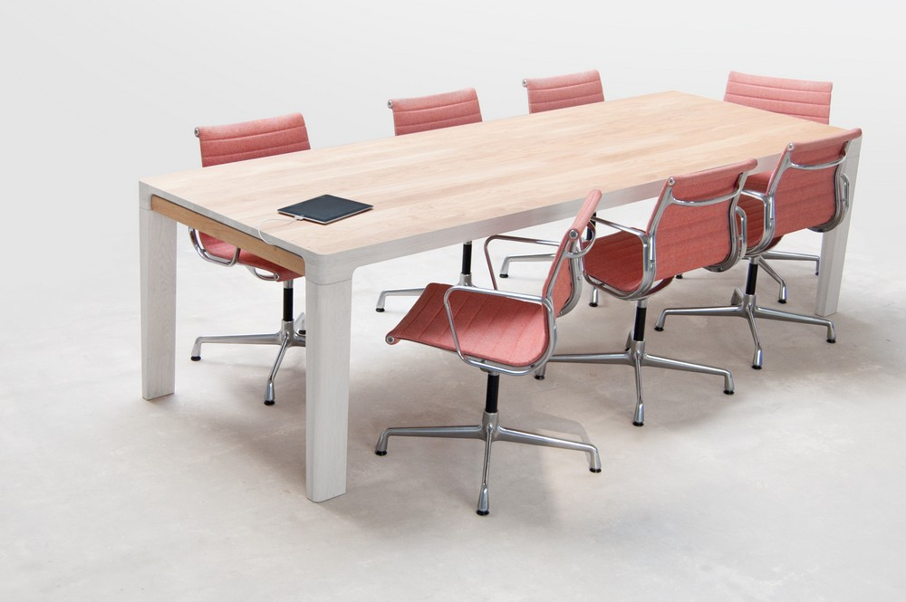 Длинный стол из дерева