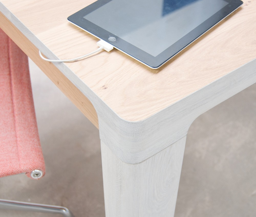 Округлая форма ножки стола