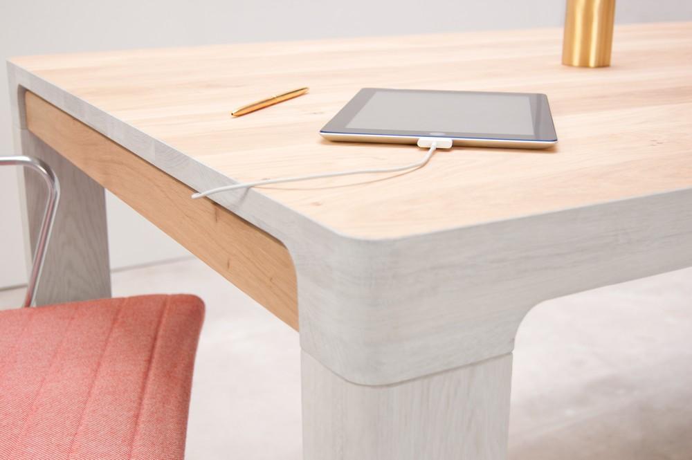 Полка из дерева в столе