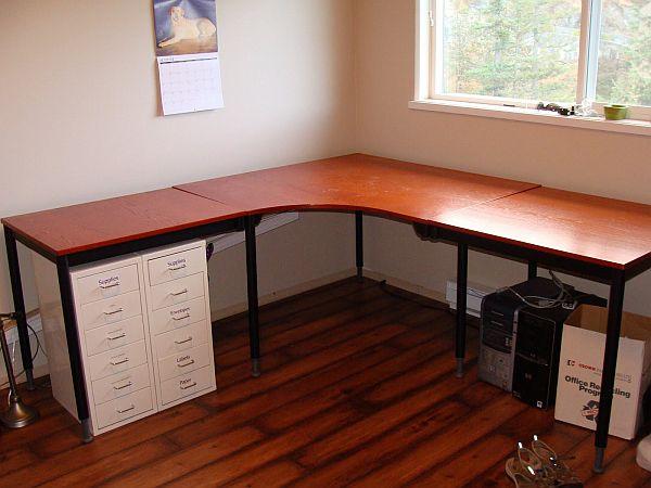 Угловой стол из дерева