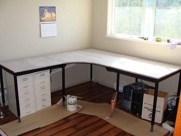 Белая столешница углового стола