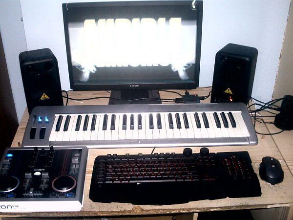 Музыкальные клавиши на столе