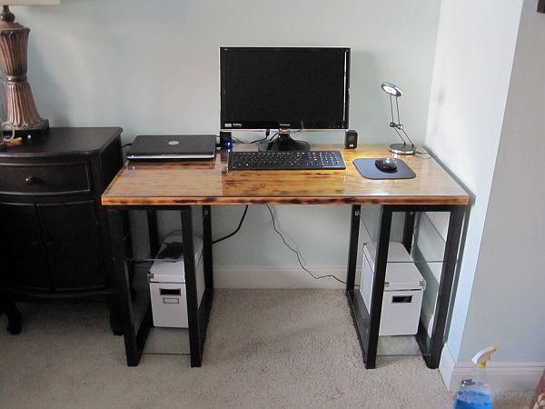 Деревянный стол с металлическими стойками