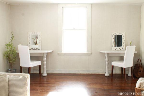 Два белых стола в интерьере