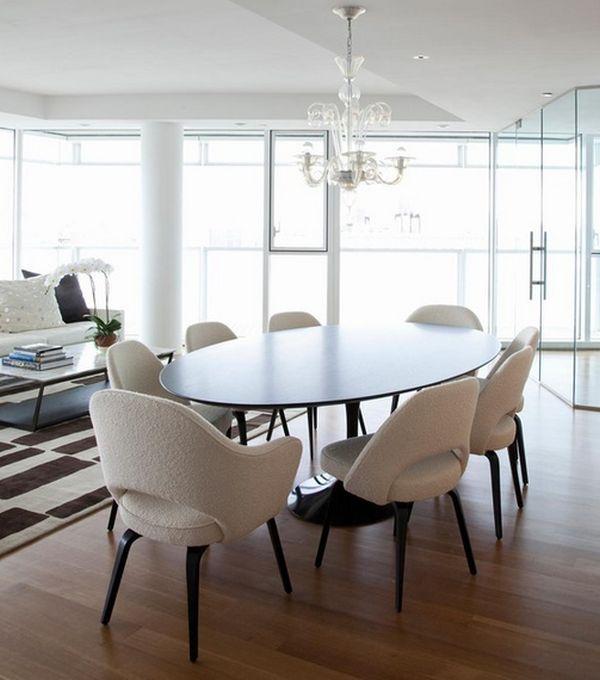 Изящные стулья за овальным обеденным столом