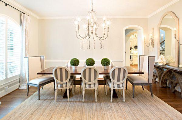 Полосатые стулья в столовой