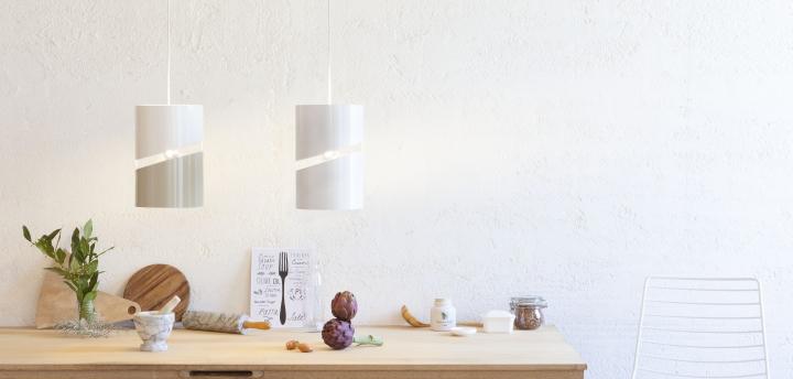 Пара подвесных светильников над кухонным столом