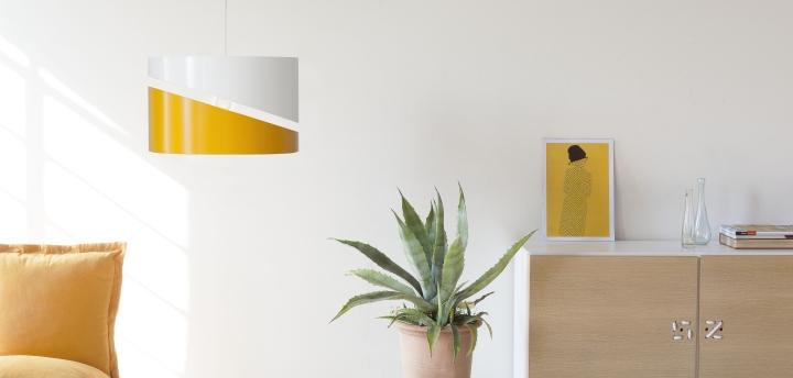 Двухцветный подвесной светильник в интерьере комнаты