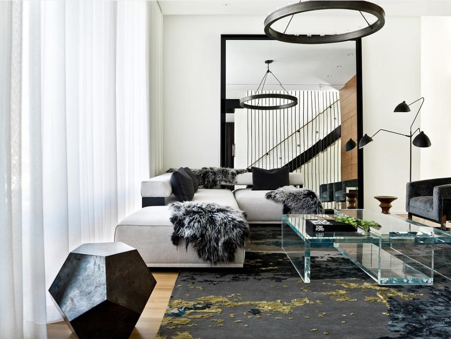 Плед на угловом диване в гостиной