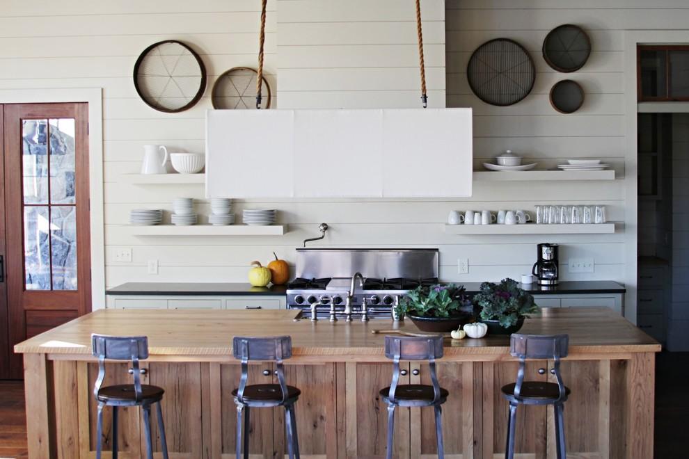 Стены на кухне шпунтованных досок