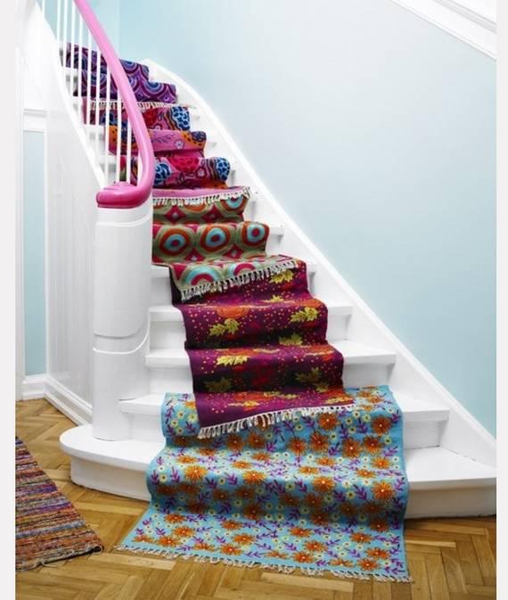 Разноцветные ковры на лестнице