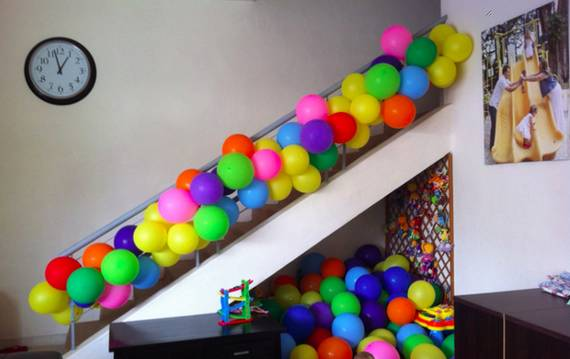 Разноцветные шарики на лестнице