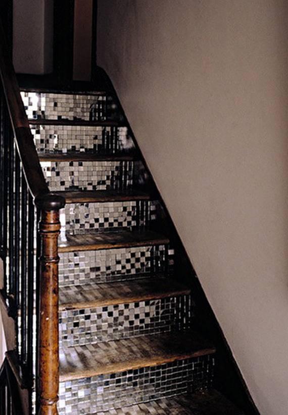 Серебристая мозаика на лестнице