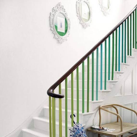 Белая лестница с яркими перилами