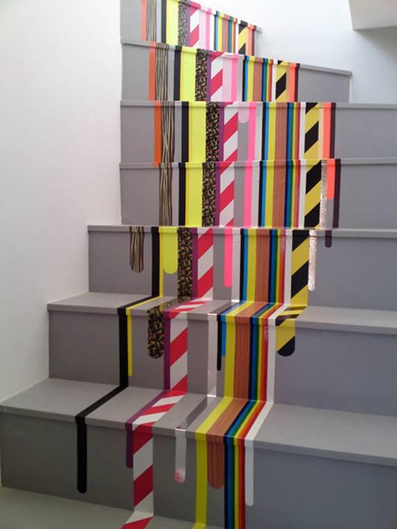 Разноцветные полосы на лестнице