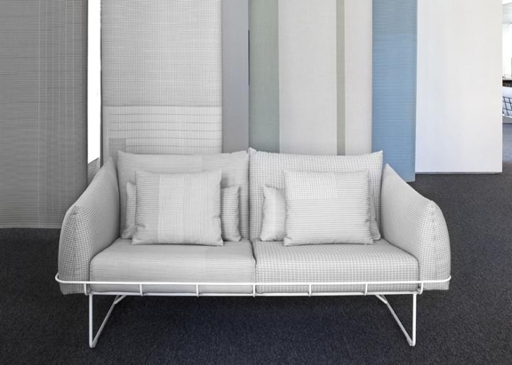 Белый диван в павильоне на выставке