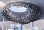 Люстры из лопат и другие причудливые экспонаты в павильоне бренда Fiskars в Хельсинки