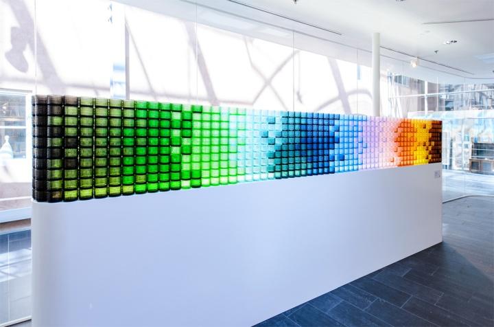 Разноцветная стеновая панель в павильоне