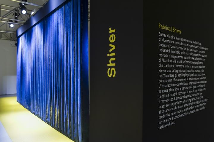 Надпись на рекламном стенде в павильоне выставки