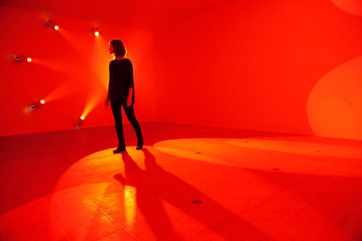 Иллюзия красных стен на выставке