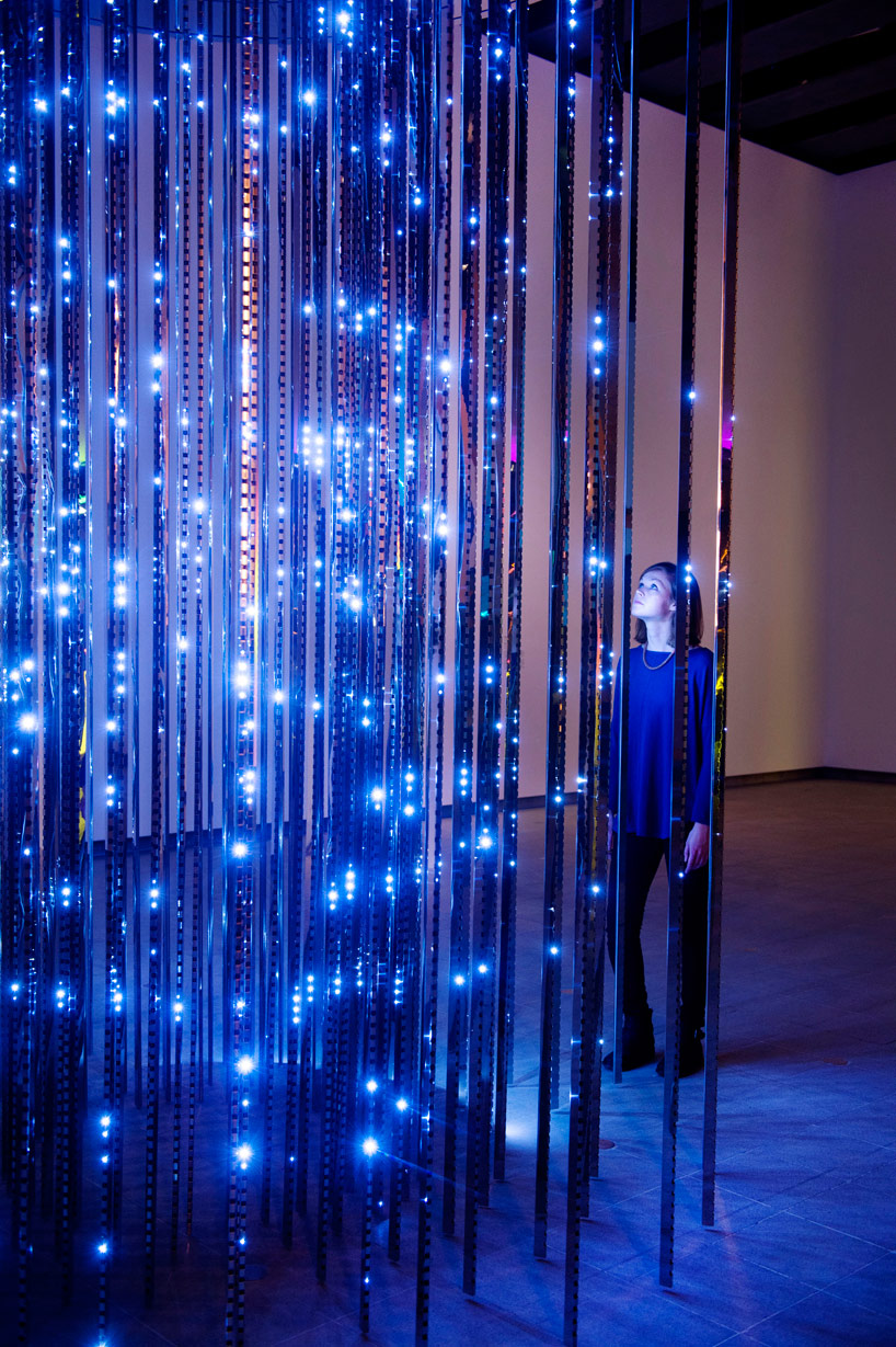 Инсталляция из света на выставке