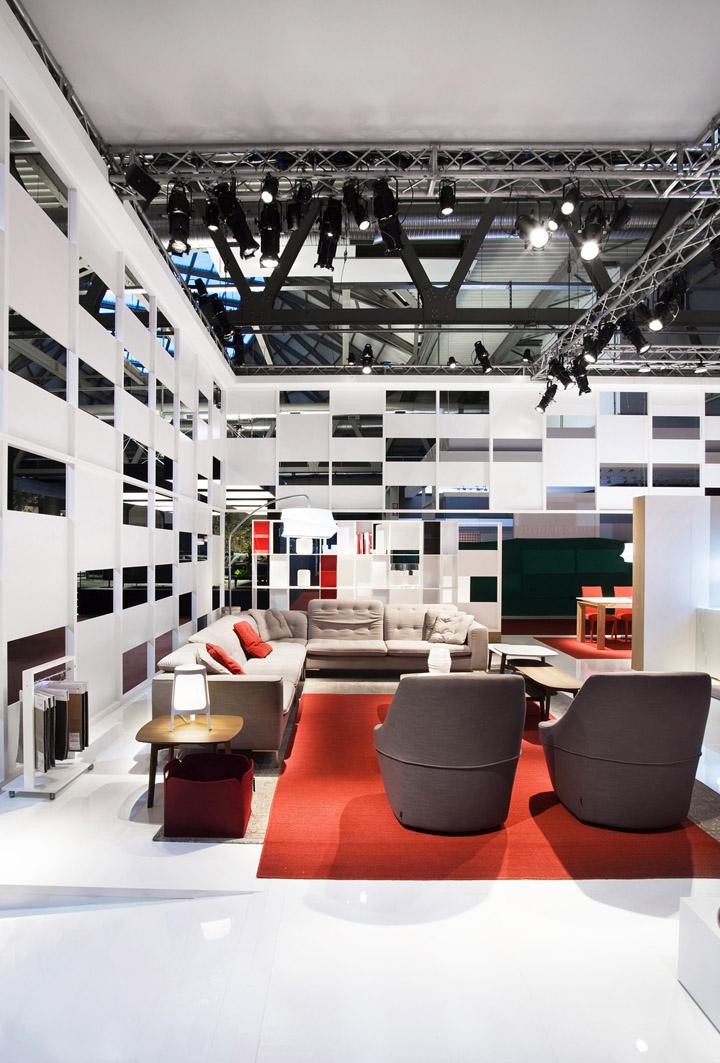 Белый потолок на выставке
