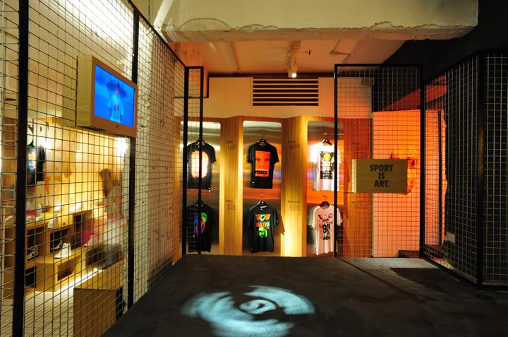 Креативная витрина в павильоне со спортивной одеждой