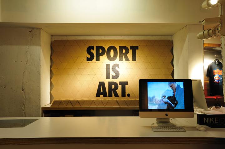 Надпись на стене павильона со спортивной одеждой