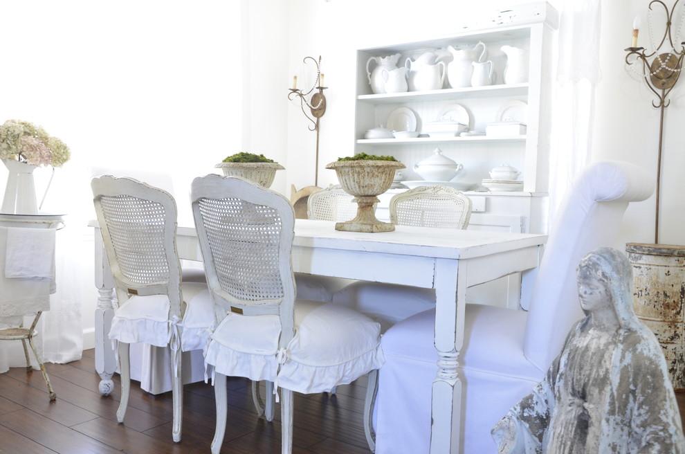 Белые стулья с чехлами