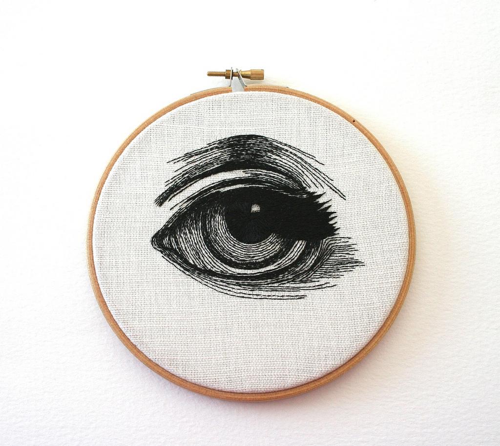 Вышитый женский глаз