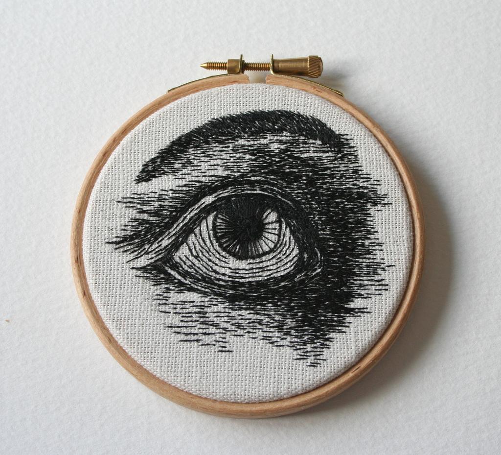 Глаз с бровью вышитый нитками