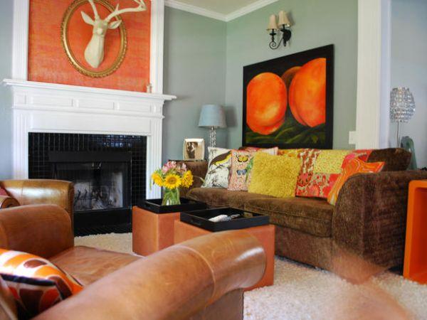 Яркий интерьер гостиной с камином