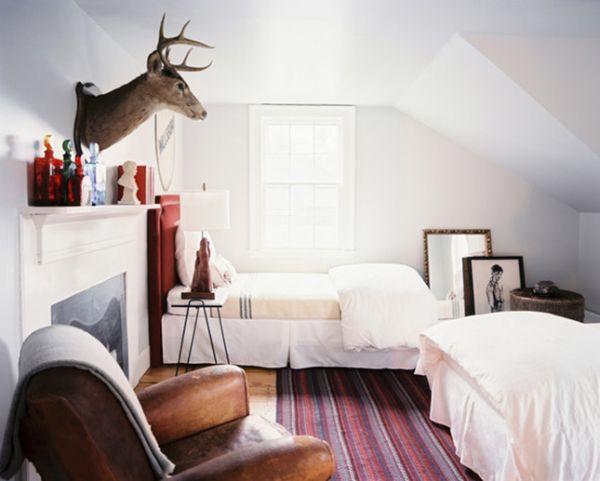 Бюст животного над камином в спальне