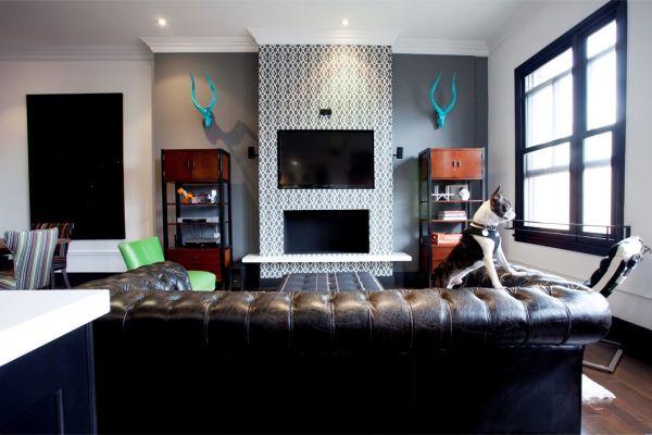 Стильный интерьер гостиной с камином