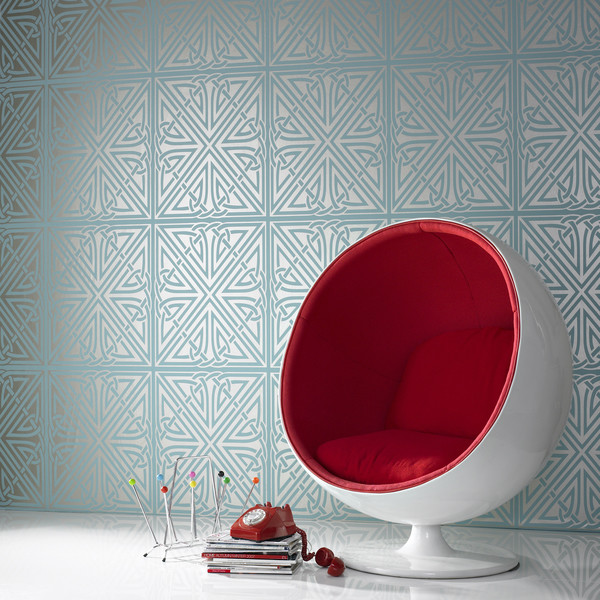 Круглое белое кресло с красным матрацом