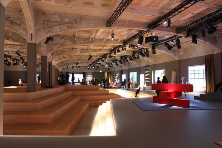 Красный экспонат мебели