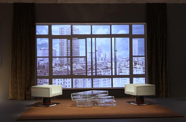 Кресла и прозрачный столик