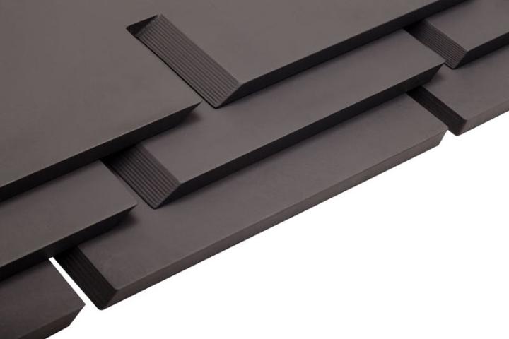 Черный предмет мебели CHEFT от Studio Pousti