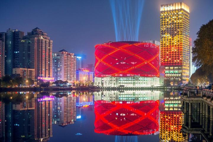 Чудесное световое оформление фасадной части театра Han Show