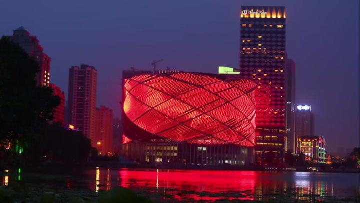 Прекрасное световое оформление фасадной части театра Han Show